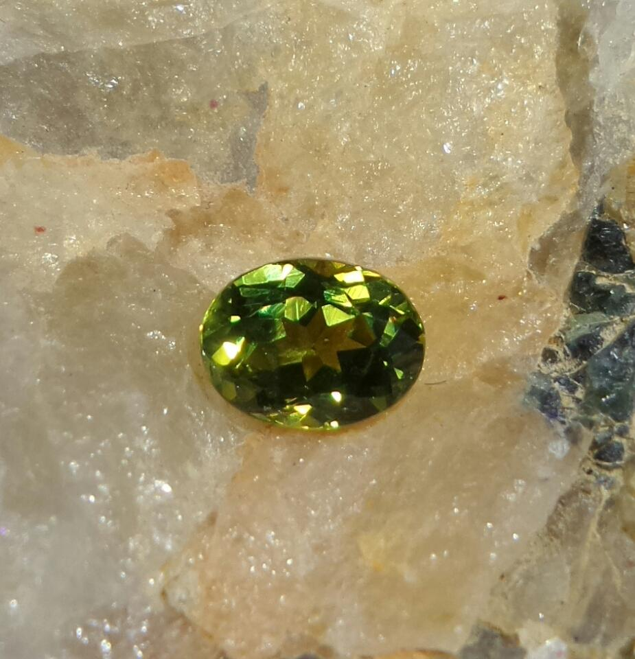 Green Sapphire 0.9 cts Round Cut