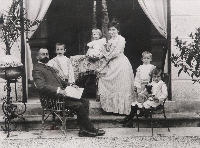 Hermann Krüll with his wife, daughter and sons who succeeded him at ACCA KAPPA