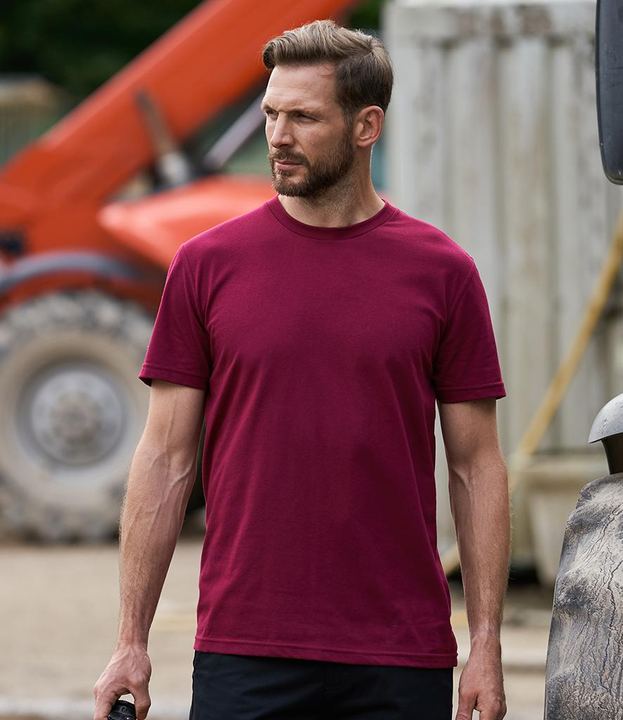 pro rtx workwear t-shirt burgundy on model