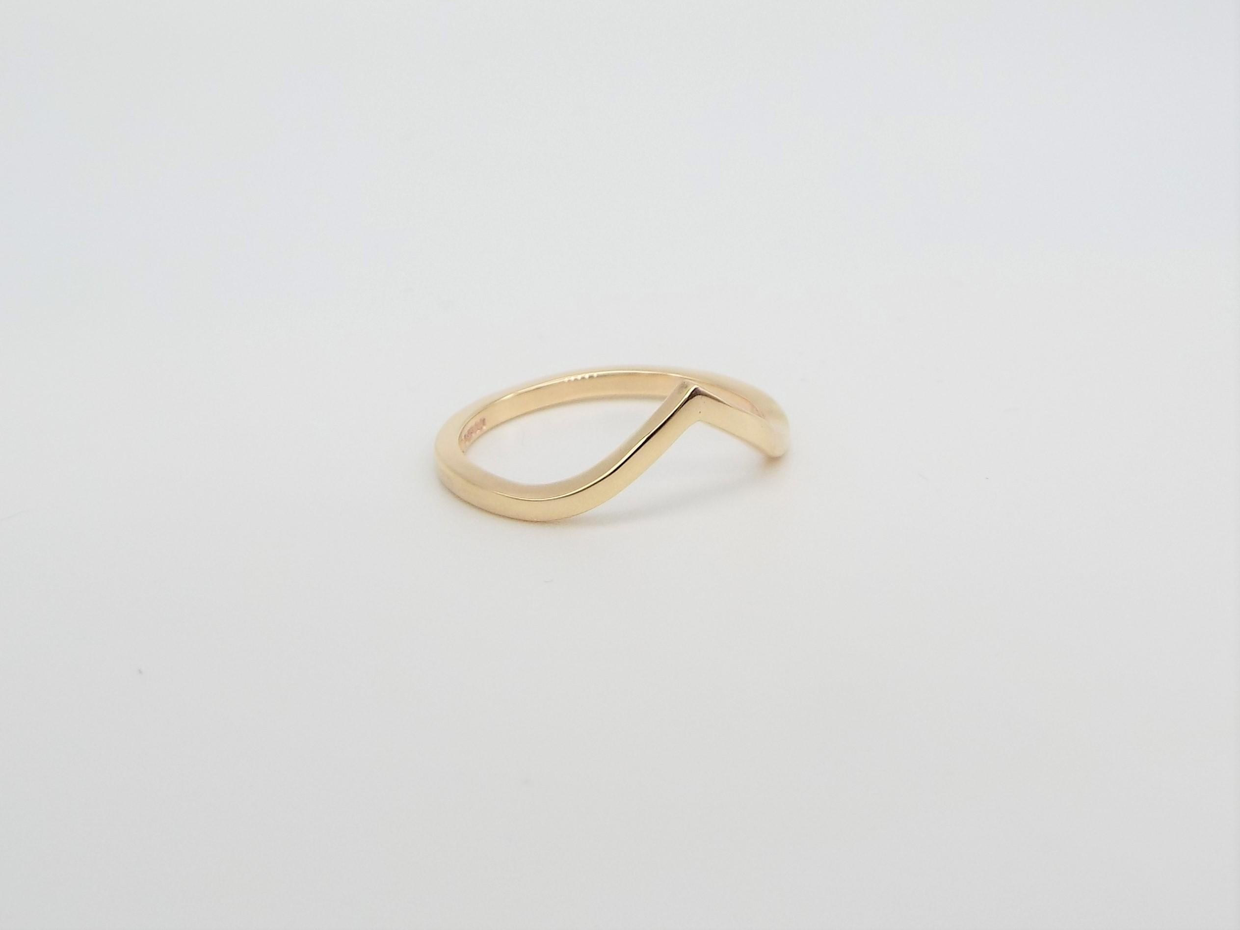 gold ring with v shaped chevron detail