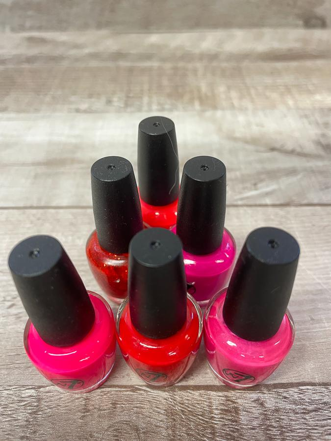W7 SET OF SIX SMALL BOTTLES OF NAIL VARNISH IN PINKS AND REDS  09-04-2021 at 19.20.36 2.JPG