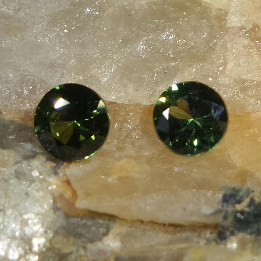 Green Sapphire 0.9 cts Round Cut - Pair