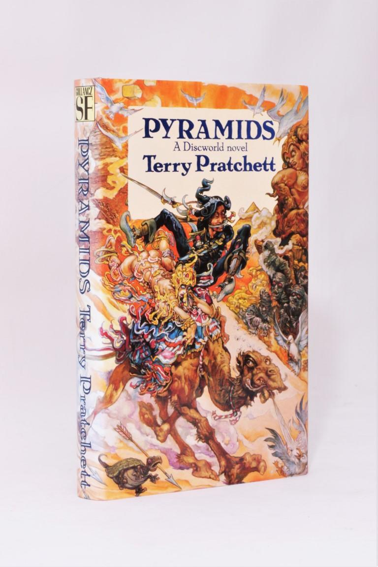 Terry Pratchett - Pyramids - Gollancz, 1989, First Edition.