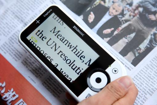 Zooomax Capture magnifying newspaper text