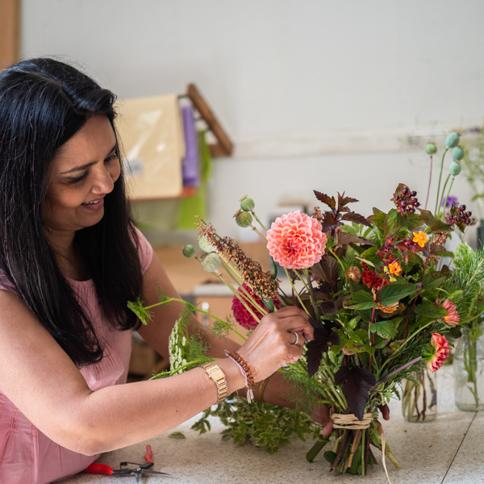 Workshop participant Making bouquet