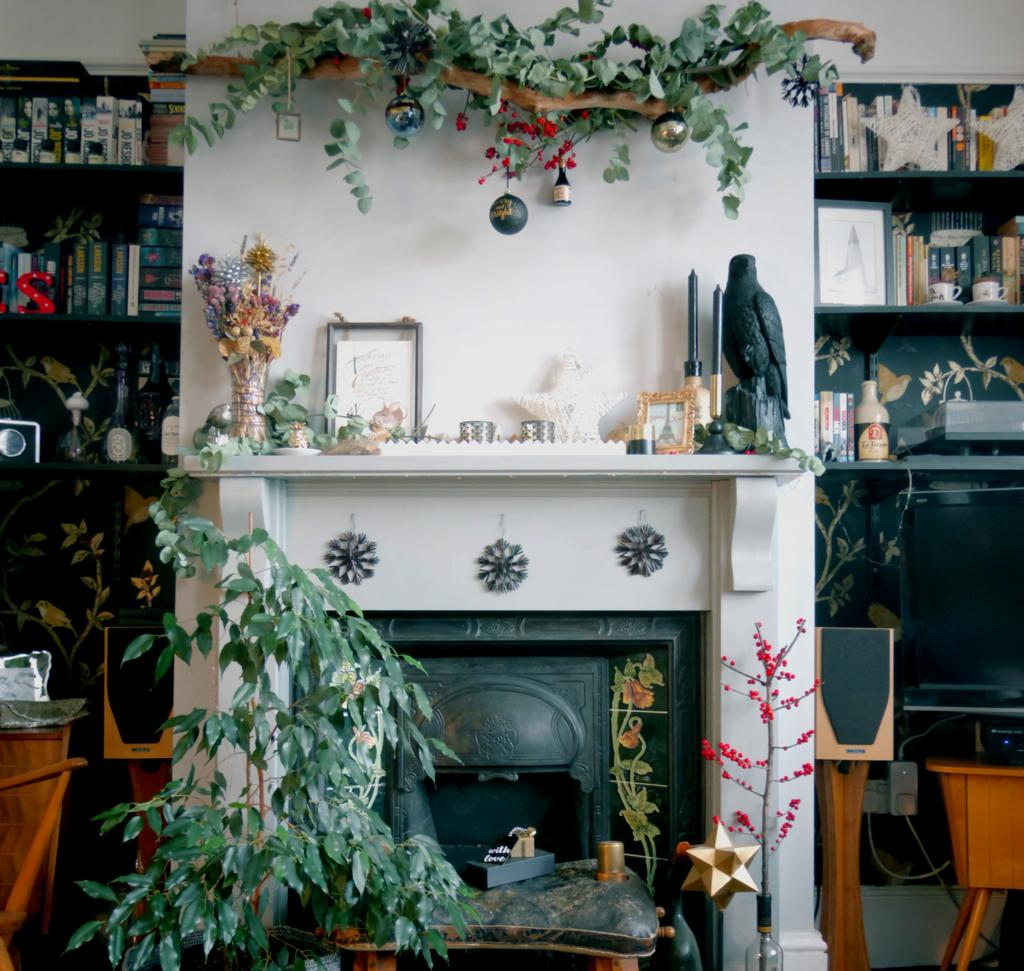 Interior Trends: I'm Dreaming of a Black (& Gold) Christmas