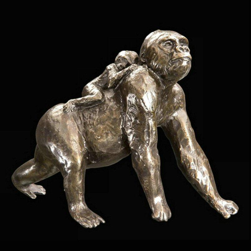 Gorilla with Baby (947) in bronze by Michael Simpson