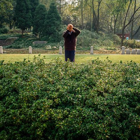 Photographer Ryan's Harding series 'Old People in Parks' is as heartwarming as it sounds ❤