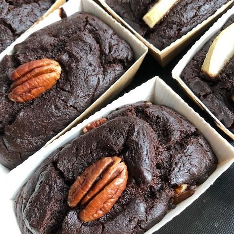 100% plant-based and gluten-free chocolate brownies. They come in 6 different flavours: Choco Classic (N) I Choco Fondant I Peanut Butter (N) I Pear I Raspberry I Coconut (N)
