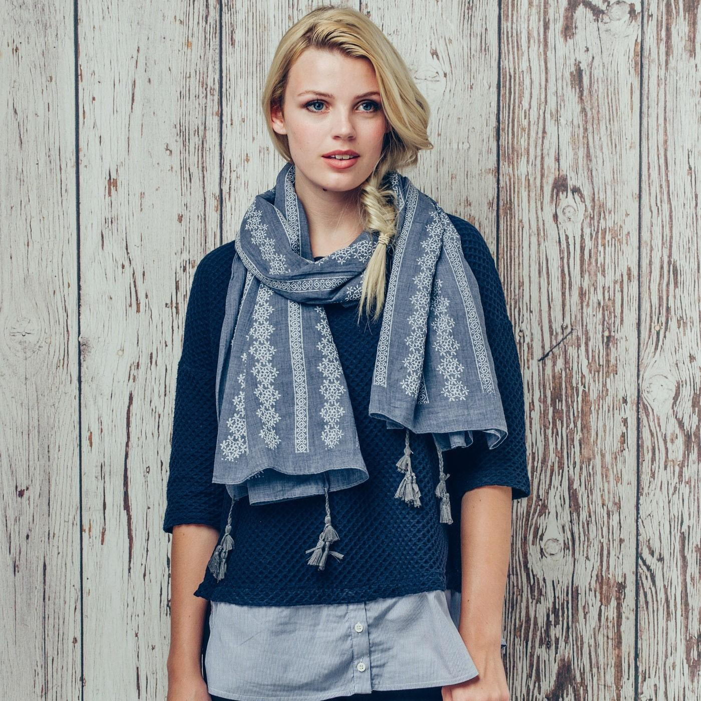 kelly daisy scarf in grey