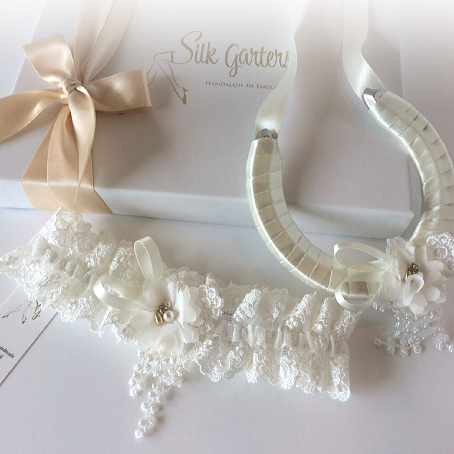 Luxury wedding garter set with wedding horseshoe
