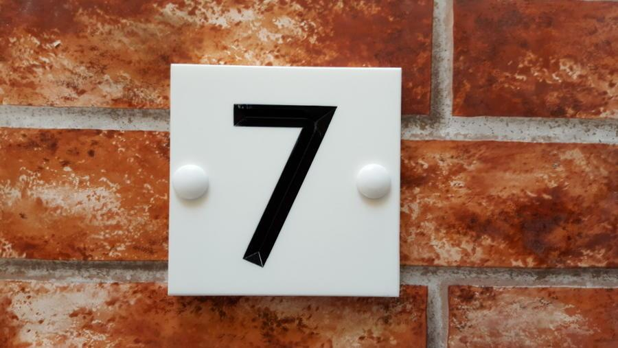 Example displaying 7 with a black inlay