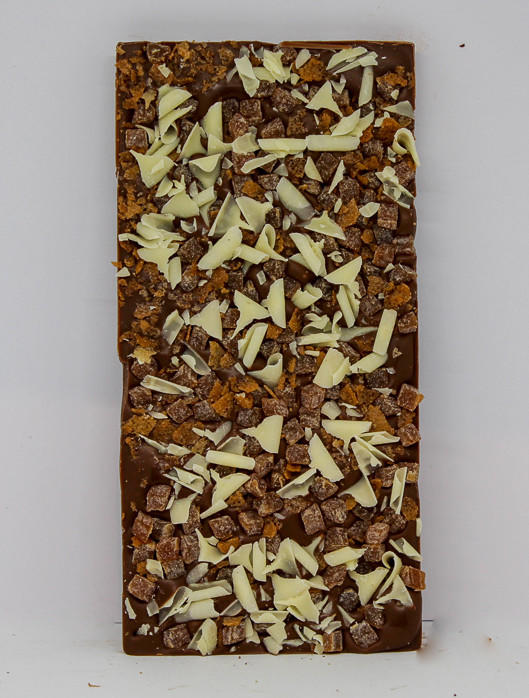 34% milk chocolate topped with juicy apple pieces, crispy wafer and white chocolate curls