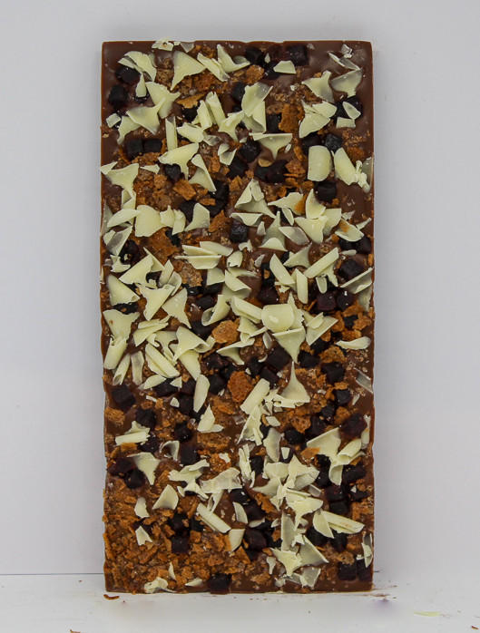 34% milk chocolate topped with juicy blueberry pieces, crispy wafer and white chocolate curls