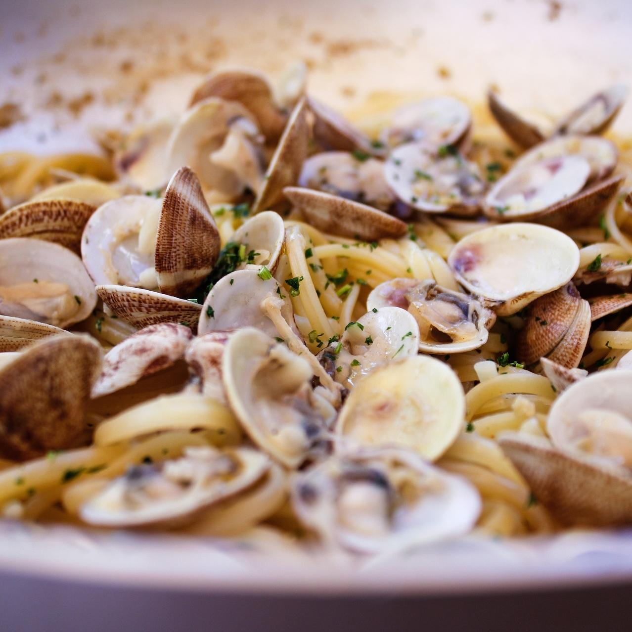 Bowl of cooked clams